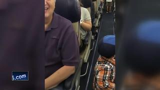 Child cheers up passengers - Video