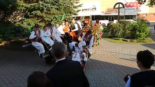 Only falls and horses: Spectacular wedding fail in Slovakia - Video