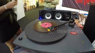 Chocolate record plays actual music - Video