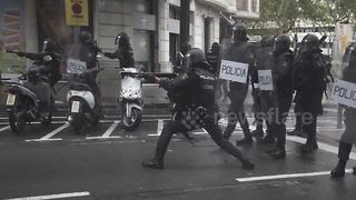 Riot police fire rubber bullets at demonstrators in Barcelona - Video