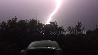 Amazing lightning strike caught on camera - Video