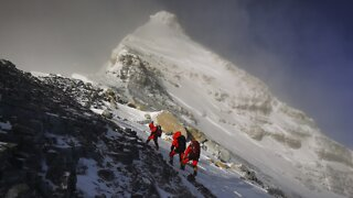 Chinese Team Remeasuring Mount Everest Reaches Summit