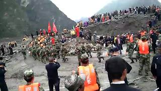 Hundreds of rescuers search for missing people after major landslide in China - Video
