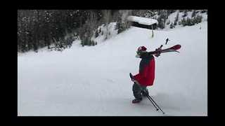 Skier Improvises After Breaking His Bindings - Video
