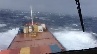 Container ship in Bermuda battles heavy storm - Video