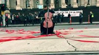 Solo Cellist Performs During Peaceful Protest Against Refugee Detention - Video