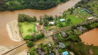 Hundreds evacuated as torrential rain triggers flooding in Hawaii - Video