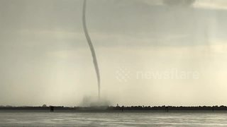 Impressive footage of huge waterspout - Video