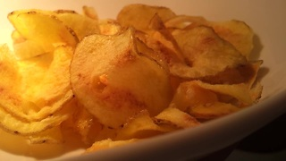 Make homemade potato chips using a microwave - Video