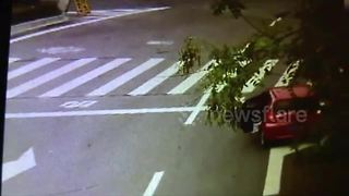 Toddler falls out of car on road in central China - Video