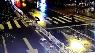 Man fails to hurdle central reservation - Video
