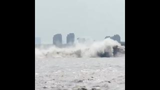 Spectacular footage of Qiantang River tidal phenomenon