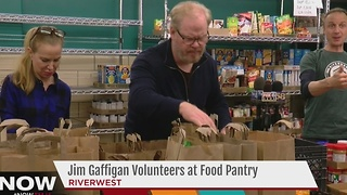 Comedian Jim Gaffigan working to raise money at Milwaukee food pantry - Video