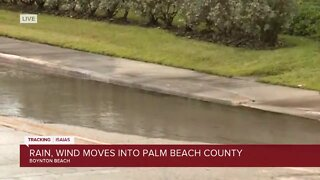 Rain, wind move into Boynton Beach