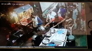 Roadside eatery owner throws hot oil on customers after brawl over quality of food and bill - Video