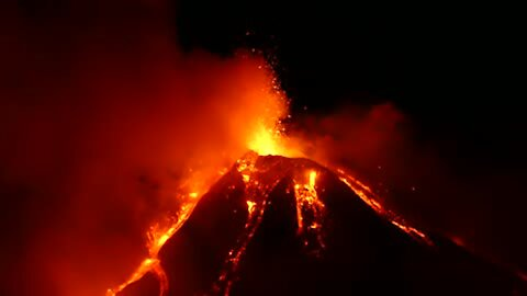 Jaw-dropping footager of Mount Etna eruption in Sicily