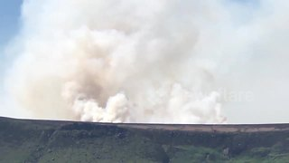 Large moor fire sends plume of smoke into skies over Saddleworth - Video