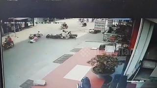 Motorbike's high-speed collision with 2 other bikes captured on video - Video