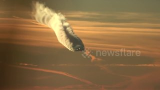 Boeing 787 Leaves Behind Beautiful Contrails In The Sky - Video