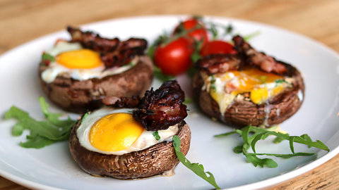 How to make crispy bacon egg portobellos