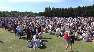 Thousands queue for Andy Murray match at Wimbledon - Video