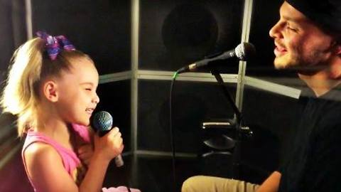 Daddy & daughter perform heart-melting duet
