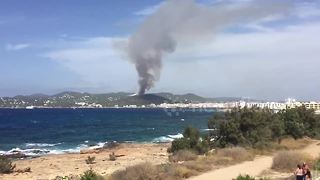 Wildfire rages near tourist resort in Ibiza - Video