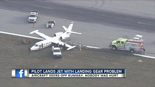 Twin engine plane missing a wheel lands safely at Sarasota-Bradenton International Airport - Video