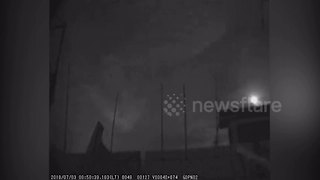 Meteor lights up night sky over southern China - Video