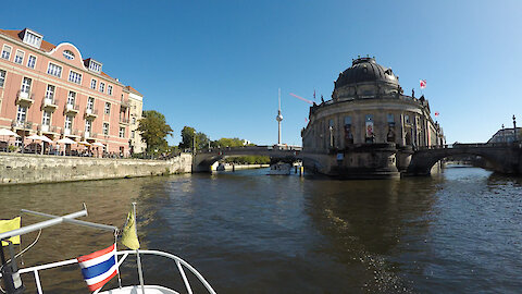 Time lapse captures boat bridge trip in Berlin