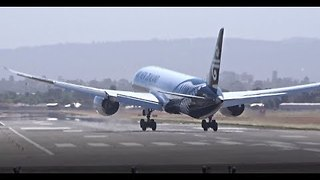 Air New Zealand Dreamliner Buffeted by Strong Crosswinds During Adelaide Landing - Video