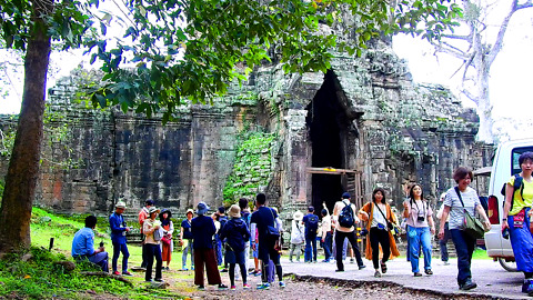 People Come To Visit South Gate Of Angkor Thom
