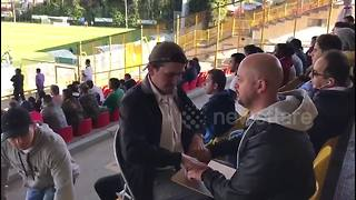 Deaf-mute man enjoys soccer match with the help of his interpreter - Video
