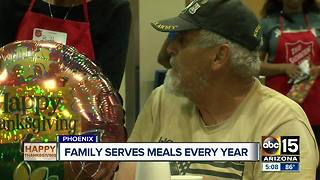 Family serves meal to homeless on Thanksgiving - Video