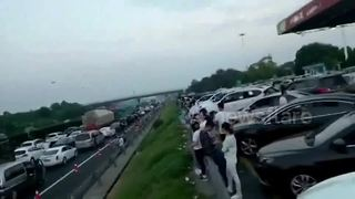 Start of holidays in China brings traffic misery to thousands - Video