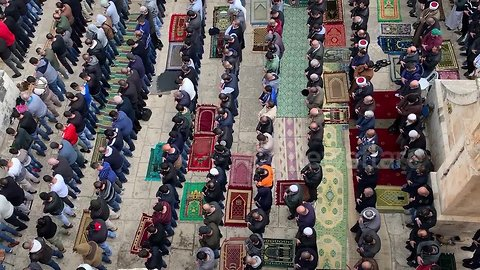 Palestinians pray in Bab al-Rahma area of Al-Aqsa for first time since 2003