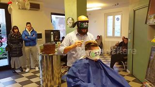 Italian barber performs blindfolded haircut - Video