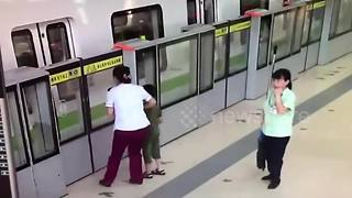 Woman dives into train, leaving son on platform - Video