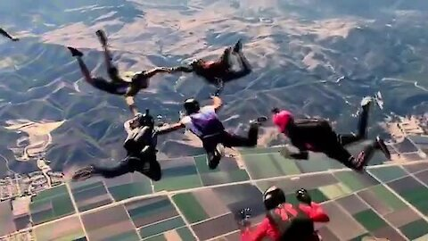 Expecting father goes skydiving for gender reveal
