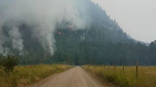 Wildfire Rages Close to British Columbia Mountains - Video