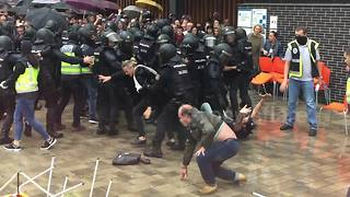 Spanish police police throw Catalan voters to the ground - Video