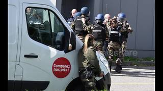 Photographer's images capture police raid during hostage situation in France - Video