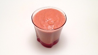 How to make a strawberry peach smoothie in one minute - Video