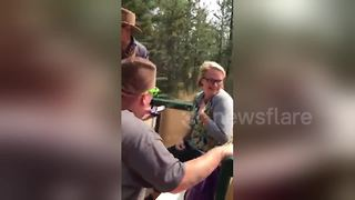 Man proposes to girlfriend on theme park train ride - Video