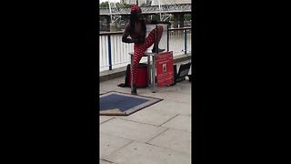 Contortionist squeezes himself into tiny box - Video