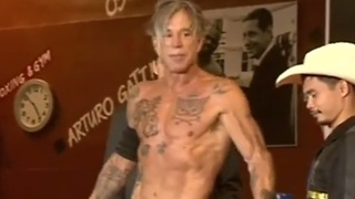 Actor Mickey Rourke prepares for boxing match in Moscow - Video
