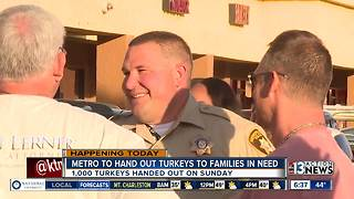 Las Vegas police giving away turkeys - Video