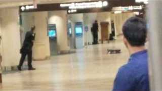 Police Surround Orlando Airport Gunman - Video