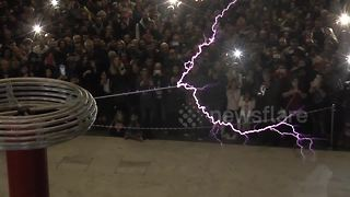 Hundreds enjoy Tesla coil concert in Thessaloniki - Video