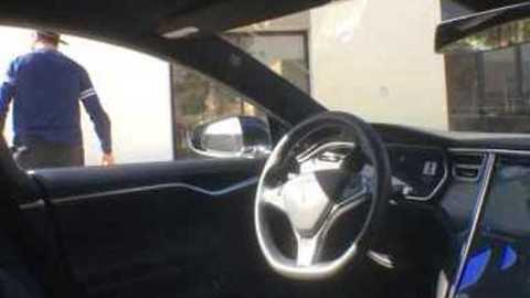 Driverless Tesla Parks All by Itself